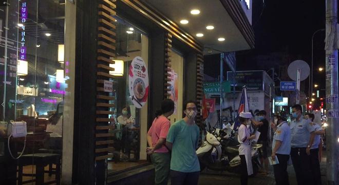 Bất chấp dịch Covid-19, nhiều hàng quán ở Sài Gòn vẫn mở cửa kinh doanh: Từ việc đóng cửa trước mở cửa bên đến việc... tắt đèn đón khách