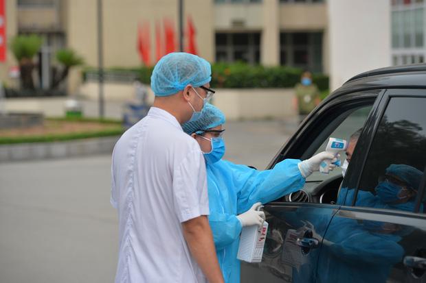 Ảnh: Bệnh viện Bạch Mai nội bất xuất, ngoại bất nhập, bác sĩ mang quần áo tới viện trực chiến chống Covid-19