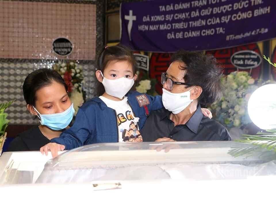 Con gái 7 tuổi của Mai Phương đến tiễn mẹ lần cuối trong tang lễ
