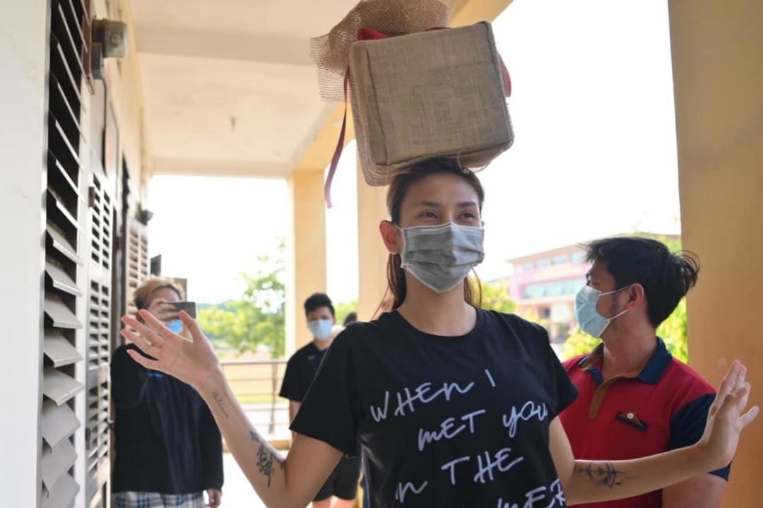 Chuẩn bị đủ 14 ngày cách ly, Võ Hoàng Yến quyên góp hơn 60 triệu tặng y bác sĩ, quân nhân và tình nguyện viên