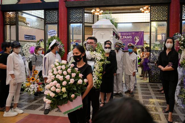 Gia đình, đồng nghiệp thất thần đưa tiễn Mai Phương về nơi an nghỉ cuối cùng