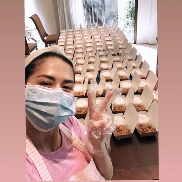 Mỹ nhân đẹp nhất Philippines tự tay nấu 200 suất cơm hỗ trợ các bác sĩ chống dịch Covid-19