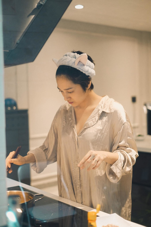 Ngày thứ 11 tại gia: Bảo Anh khoe căn bếp sang trọng, tự tay nấu nướng