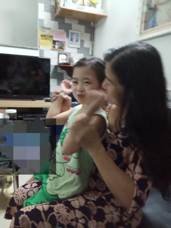 Con gái Mai Phương đoàn tụ ông bà ngoại sau 3 tuần mẹ mất