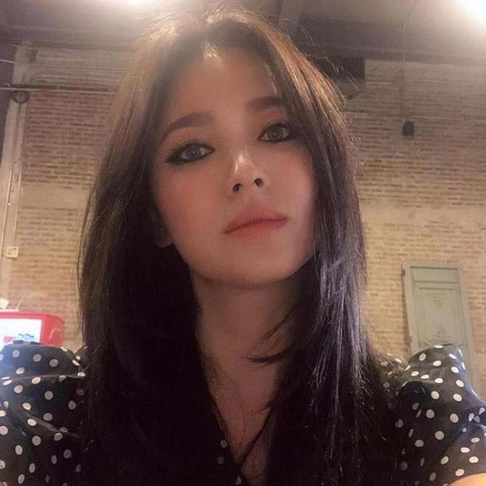 Nhan sắc của Song Hye Kyo chưa bao giờ toang đến thế, makeup đậm như sắp đi đóng phim kinh dị đến nơi