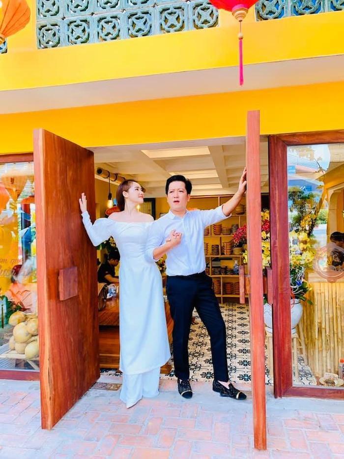 Vợ chồng Trường Giang tình tứ trong ngày khai trương quán mới