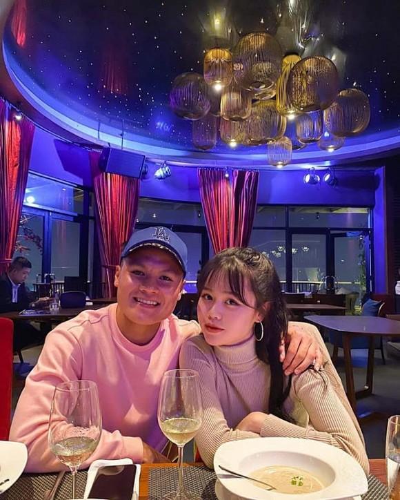 Bạn gái mới của Quang Hải lộ ảnh chụp lén kém xinh, khác xa khoảnh khắc trên Facebook