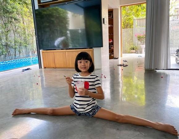 Con gái Bình Minh khoe chân dài kinh ngạc, xoạc chân, uốn dẻo cực điêu luyện