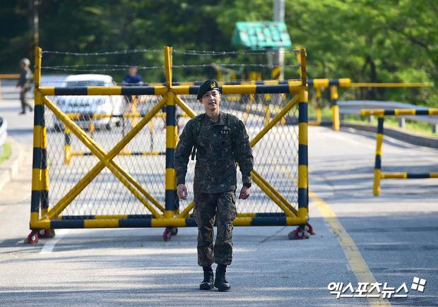 Ảnh Song Joong Ki - Hyun Bin làm quân nhân bỗng dưng hot trở lại, netizen Hàn đặt lên bàn cân