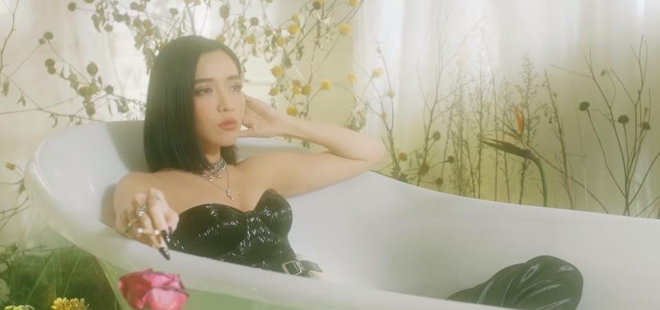 Bích Phương tung MV Một cú lừa: Ngập tràn cảnh nóng, cái kết chứa plot twist gây thót tim