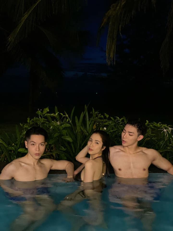 Gia đình Hoa dâm bụt đốt cháy mùa hè bằng loạt ảnh ở hồ bơi: Ai cũng sở hữu body chuẩn chỉnh