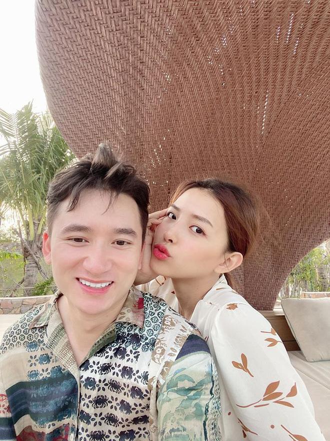 Phát sốt với hình ảnh Phan Mạnh Quỳnh về quê bạn gái vào bếp đun nước, thịt gà