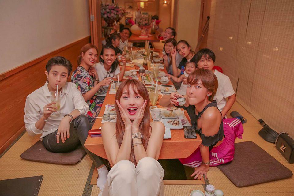 Hoàng Thùy Linh - Gil Lê ngồi sát nhau tình tứ trong tiệc sinh nhật Minh Hằng