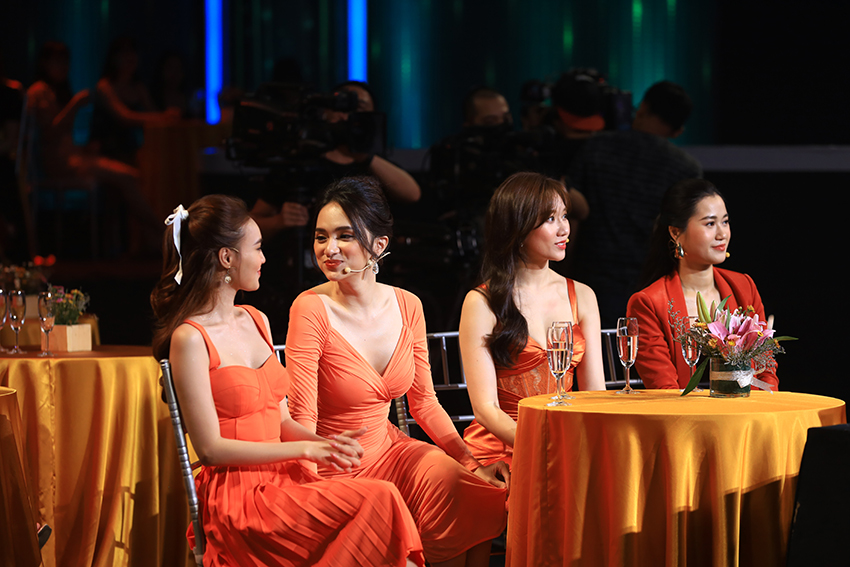 Hương Giang hào hứng kể về nụ hôn đầu đời, Hari Won từng hôn bạn trai đến 3 tiếng