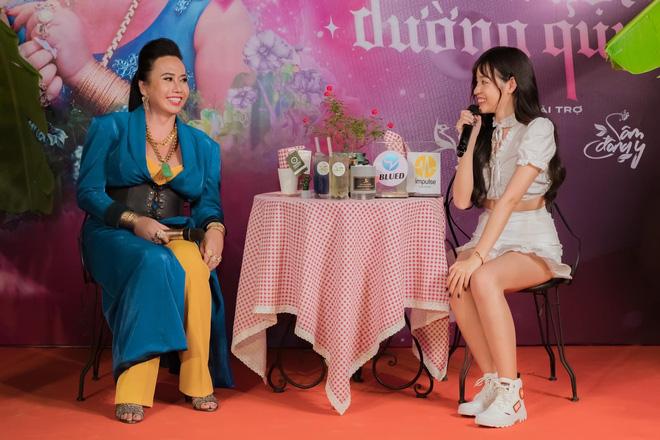 Hot girl Trứng rán cần mỡ Trần Thanh Tâm đọ sắc cùng cô Minh Hiếu trong cùng một khung hình
