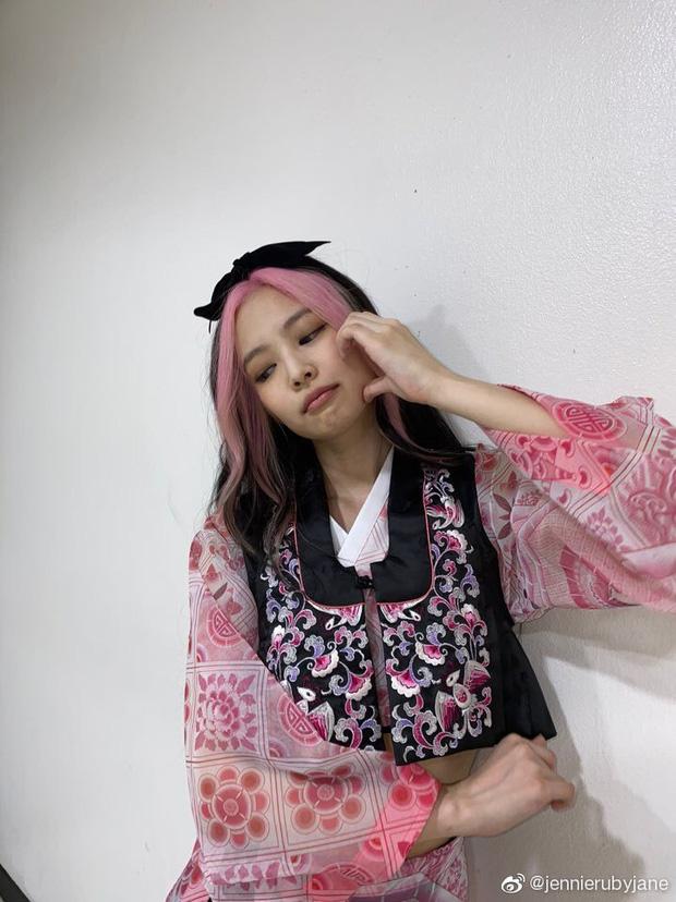 Jennie gây sốt với bài đăng đầu tiên chào fan Trung, hot nhất mái tóc chuẩn BLACKPINK cùng má bánh bao siêu cute