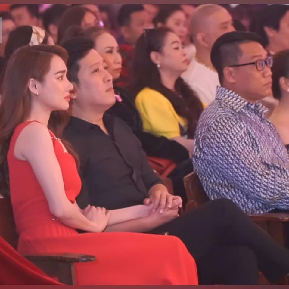 Trường Giang tình tứ cùng Nhã Phương, đi sự kiện nhưng nắm chặt tay vợ không rời