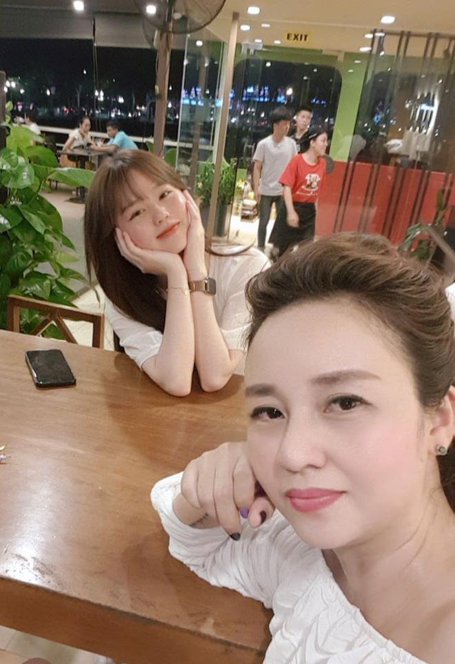 Quang Hải - Huỳnh Anh dính nhau như sam mừng sinh nhật mẹ nuôi