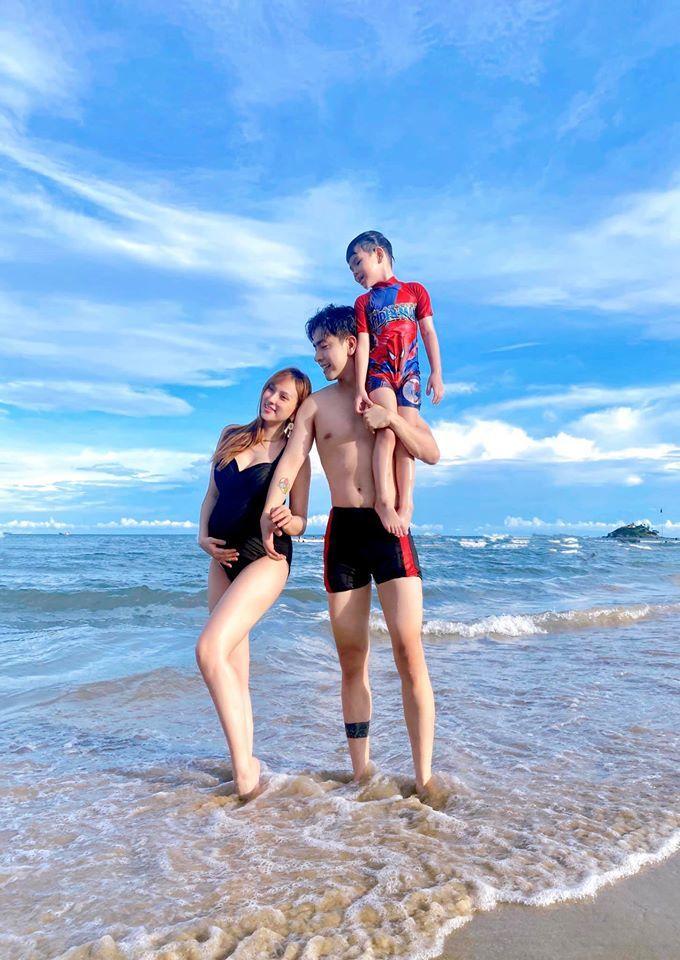 Thu Thủy diện bikini khoe bụng bầu đi biển cùng ông xã kém 10 tuổi