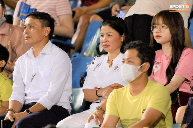 Huỳnh Anh trò chuyện thân mật cùng mẹ Quang Hải khi đến sân cổ vũ trận TP.HCM gặp Hà Nội FC