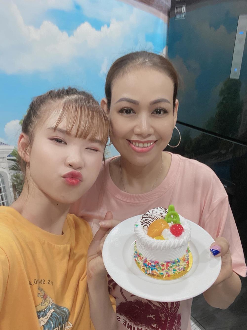 Giữa mùa dịch, Khởi My và ông xã Kelvin Khánh tổ chức sinh nhật giản dị cho mẹ chồng