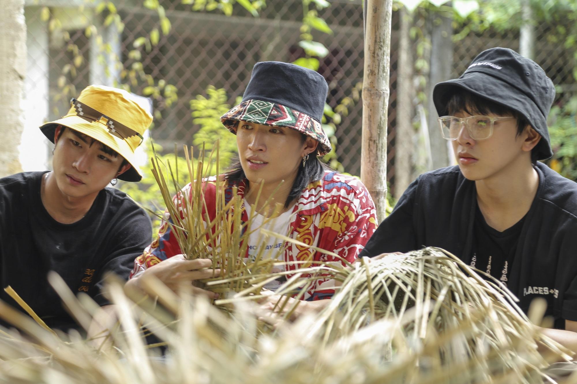 Dàn cực phẩm UNI5 nhà Đông Nhi - Ông Cao Thắng lần đầu được trải nghiệm làm nón bàng buông