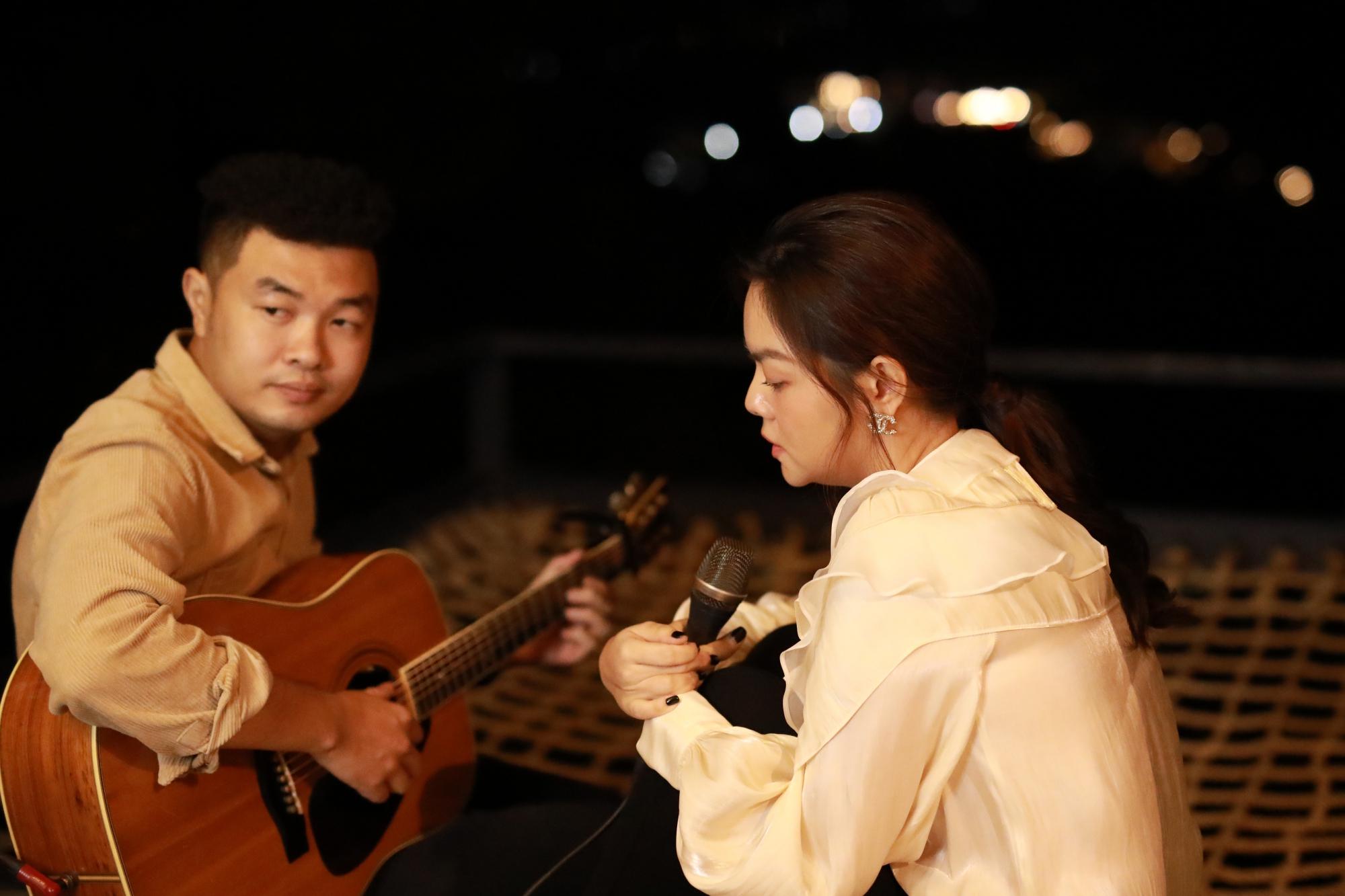 """Trở lại với ballad """"lụi tim"""", Phạm Quỳnh Anh gửi thông điệp cao thượng cho người đến sau"""