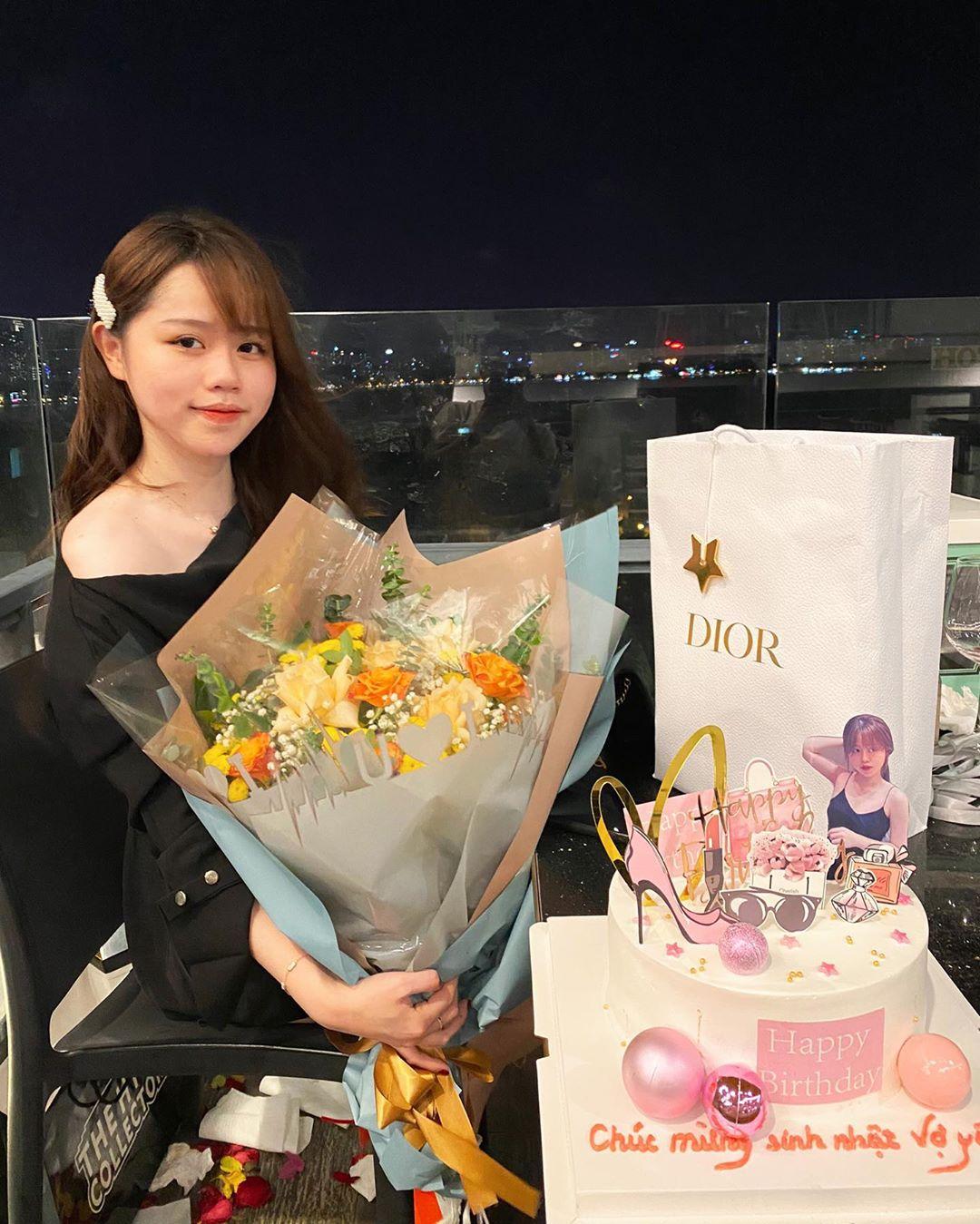 Bạn gái Quang Hải diện áo tắm gợi cảm, khoe dáng cực nuột nà bên bể bơi
