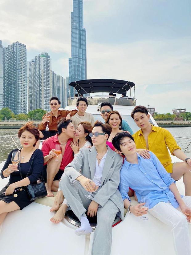 Hội bạn thân khoe ảnh chanh sả trên du thuyền, nhưng Trấn Thành - Hari Won lại chiếm spotlight với khoảnh khắc tình tứ đáng ghen tị