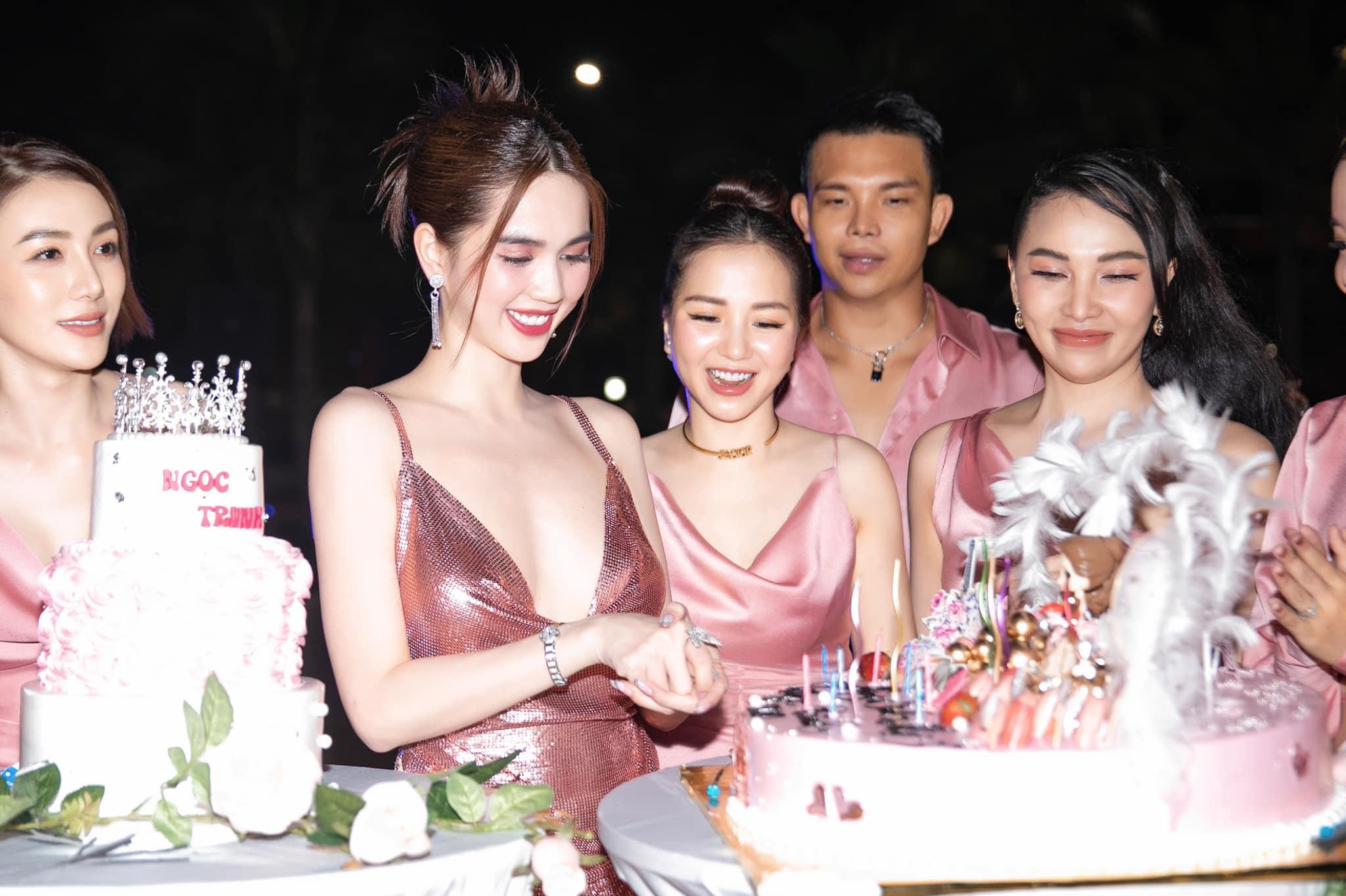 Ngọc Trinh lên đồ hở bạo, quẩy tưng bừng trong tiệc sinh nhật hoành tráng