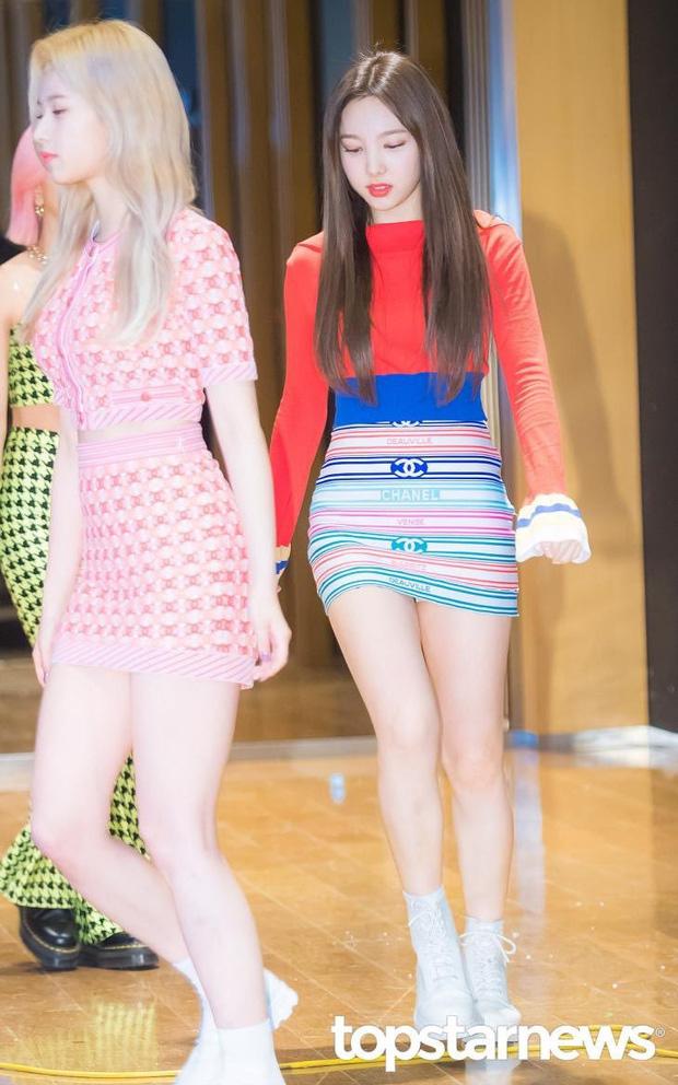 Hương Giang đụng hàng Phượng Chanel và cả dàn sao Kpop: Nhìn qua là biết ai chơi nhất, có nàng còn xén váy cho ngắn sát tận đùi