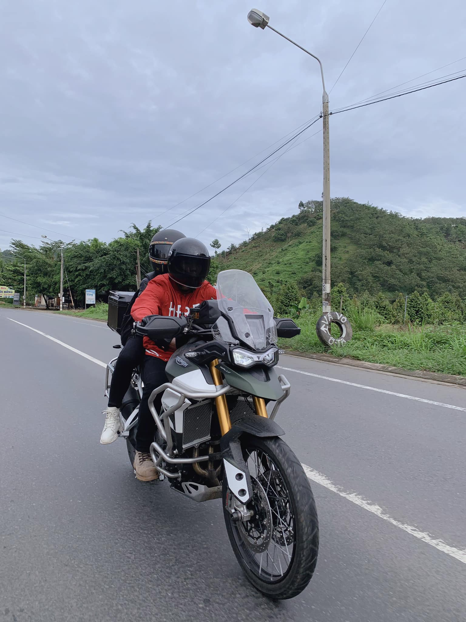Khởi My - Kelvin Khánh cùng nhau phượt mô tô lên Đà Lạt, dân tình trầm trồ vì quá ngầu