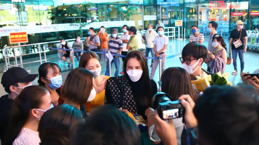 Thủy Tiên đã về TP.HCM sau gần 1 tuần cứu trợ ở miền Trung, gầy rộc đi nhiều khiến fan xót xa
