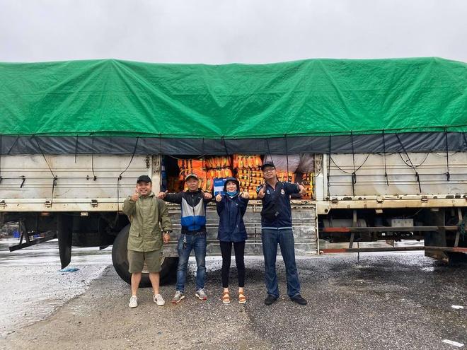 Xe tải chở đồ cứu trợ miền Trung của Hòa Minzy gặp sự cố giữa nước lũ