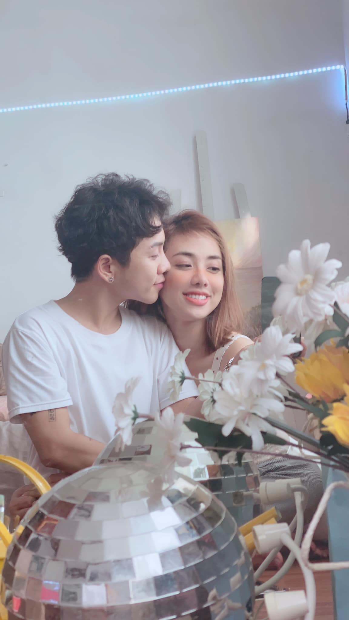 Miko Lan Trinh cập nhật trạng thái đã đính hôn với bạn trai chuyển giới