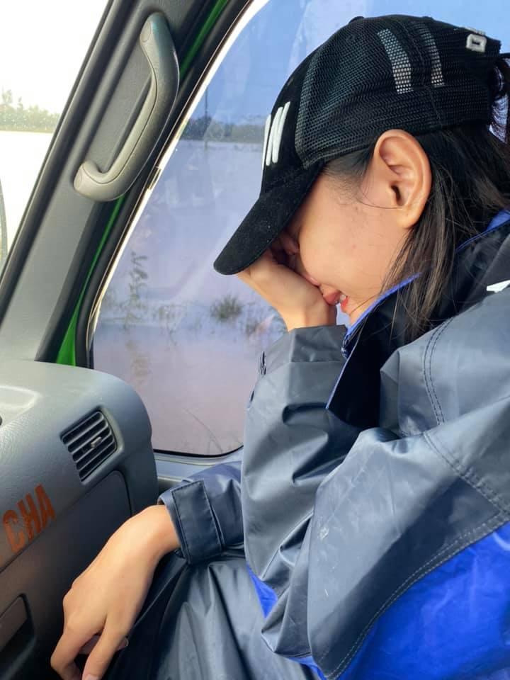 Sau HHen Niê, đến lượt Lê Thúy rơi nước mắt vì bị chỉ trích xảo trá khi đi cứu trợ