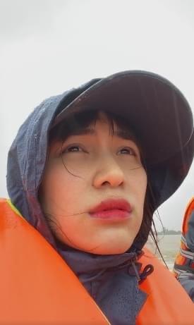 Hòa Minzy: Em về kiếm thêm tiền rồi lại ra với bà con nhé, cảm thấy có lỗi vì chưa cứu trợ được hết đã đi về