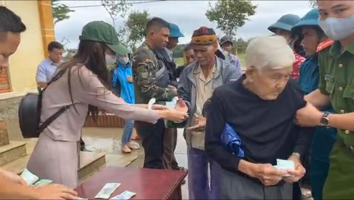 Người phụ nữ ngất xỉu trong lúc xếp hàng nhận tiền cứu trợ từ Thủy Tiên - Công Vinh