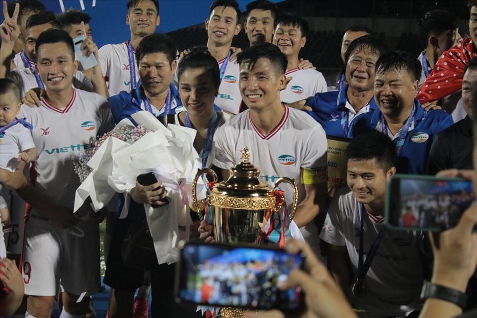 Bùi Tiến Dũng quỳ gối cầu hôn vợ chưa cưới Khánh Linh ngay sau khi vô địch V.league