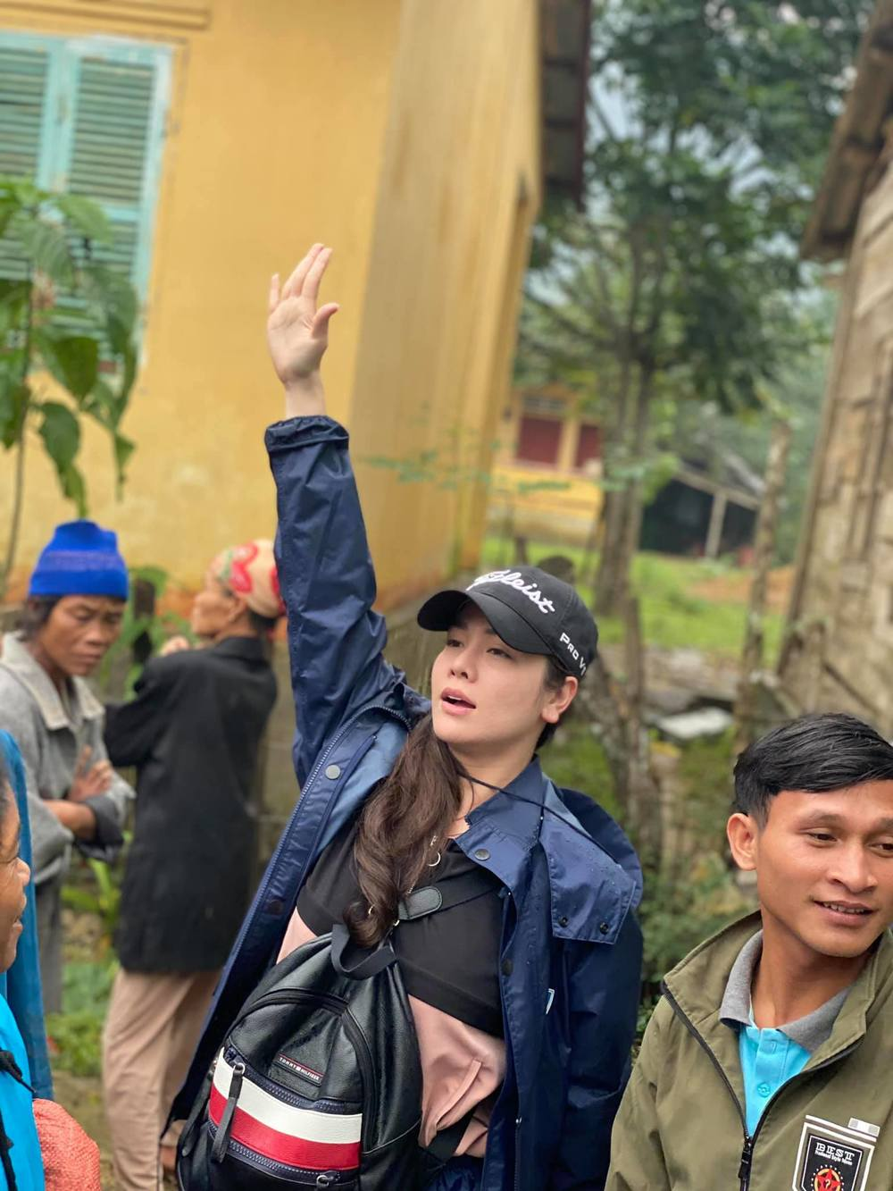 Nhật Kim Anh bức xúc phản pháo khi bị chỉ trích màu mè vì livestream lúc cứu trợ