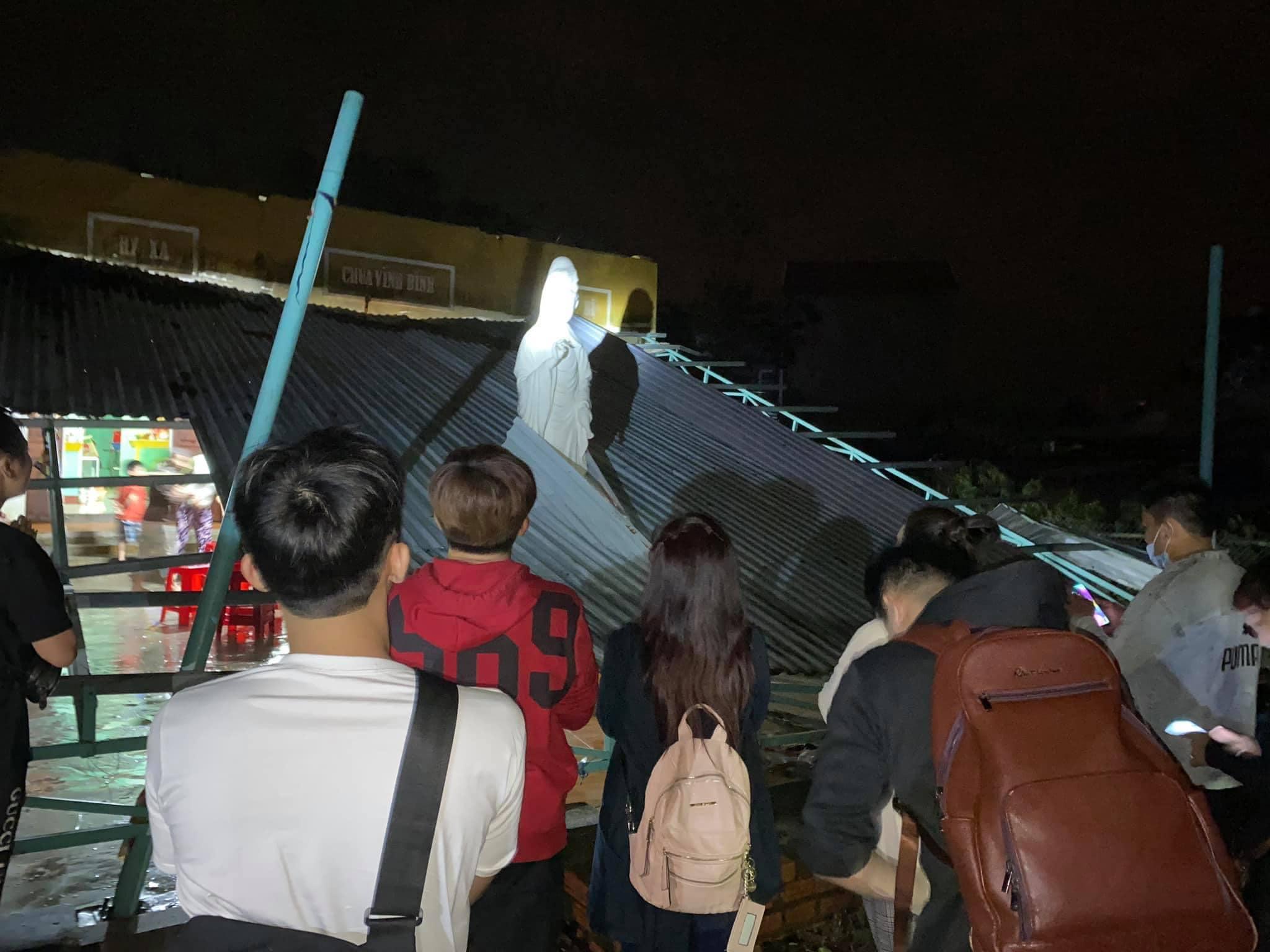 Nhật Kim Anh gặp điềm lạ khi đi cứu trợ: Mái nhà suýt đổ sập nhưng tượng Phật vẫn đứng sừng sững giữa bão tố
