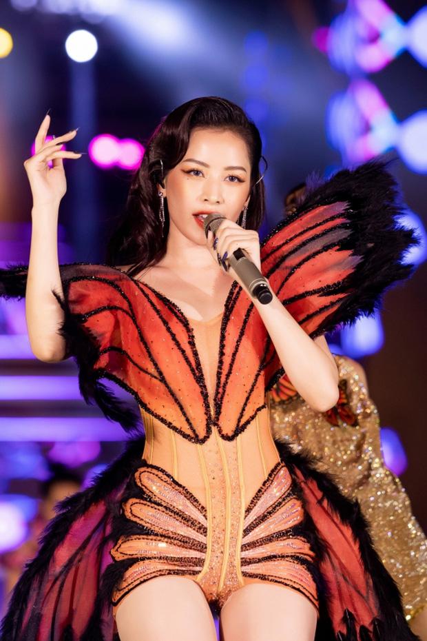 Chi Pu bị góc quay hiểm hóc hại suýt lộ hàng vì diện váy bó sát táo bạo lên sân khấu