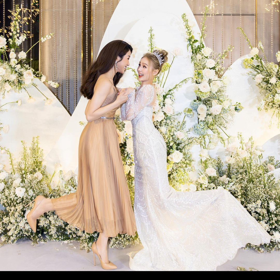 Diệp Lâm Anh đọ sắc cùng chị dâu 10x Xoài Non trong ngày cưới, nhan sắc mẹ 2 con đỉnh cao suýt lấn át cô dâu
