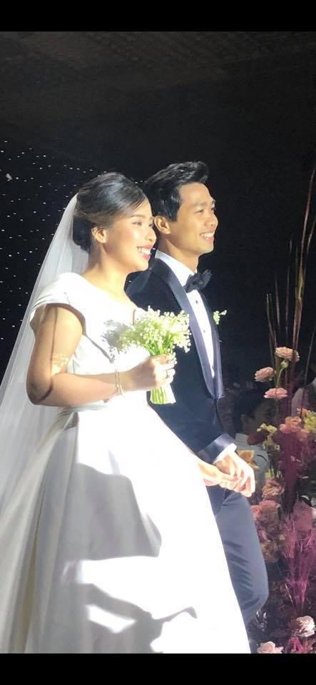 Bức ảnh vô cùng đáng giá trong tiệc cưới Công Phượng: Hôn cô dâu vẫn có thái độ rất đặc biệt!