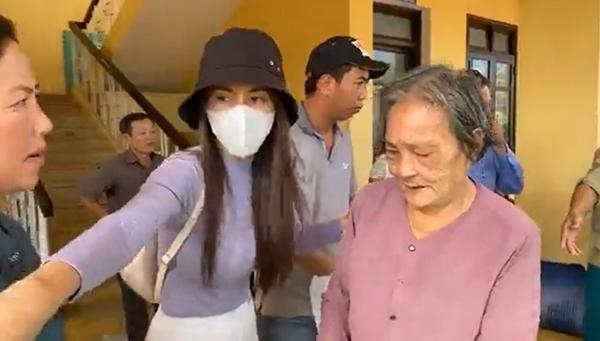 Thuỷ Tiên và Công Vinh trở lại miền Trung cứu trợ đợt ba sau hơn một tuần nghỉ ngơi