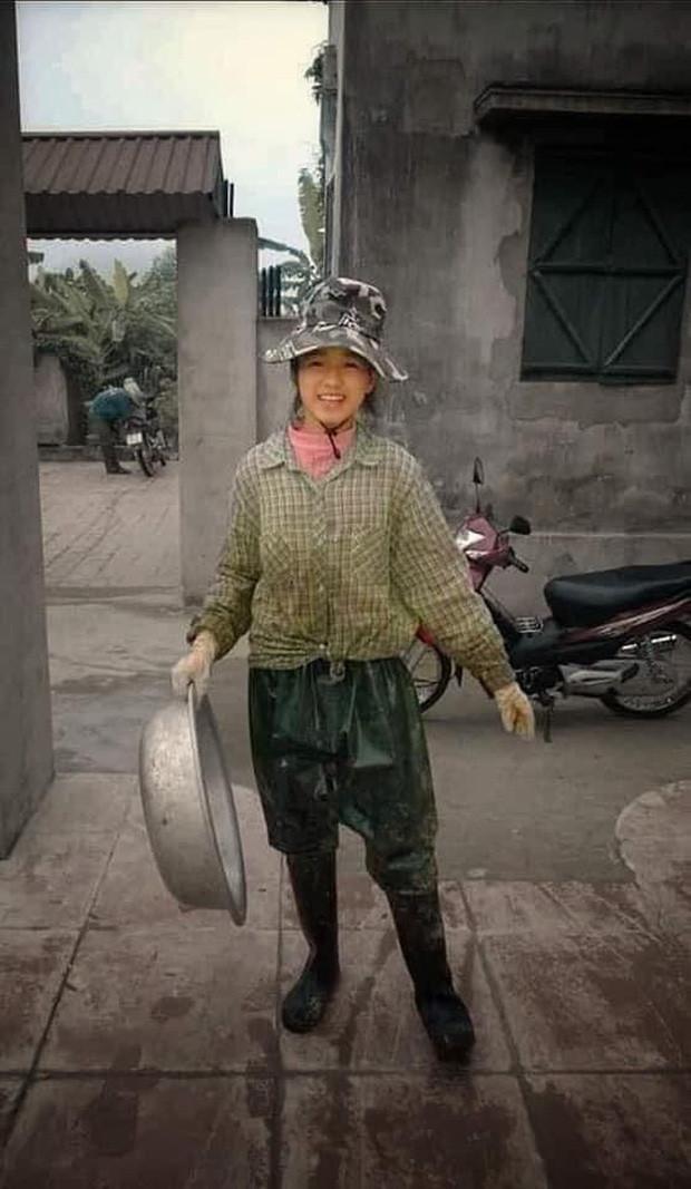 Hình ảnh làm nông lấm lem bùn đất của Hoa hậu Đỗ Thị Hà gây sốt MXH