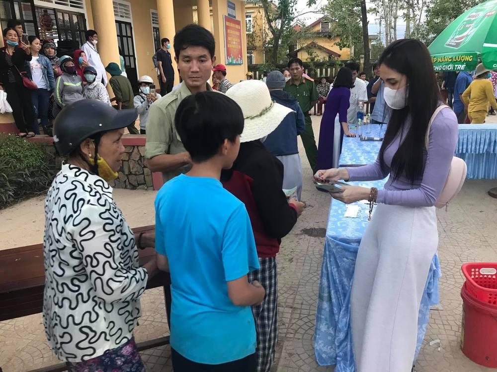 Thuỷ Tiên tiếp tục cứu trợ miền Trung đợt 3, trực tiếp đi thực địa trao tiền hỗ trợ người dân sửa nhà