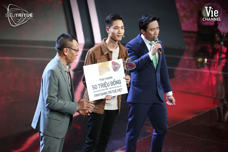 Rạng danh trí tuệ Việt, 2 chàng trai tài ba khiến dàn giám khảo đứng ngồi không yên vì thán phục