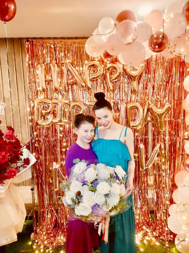 Hồ Ngọc Hà rạng rỡ mừng sinh nhật tuổi 36, lần đầu hé lộ hình ảnh gia đình 5 thành viên