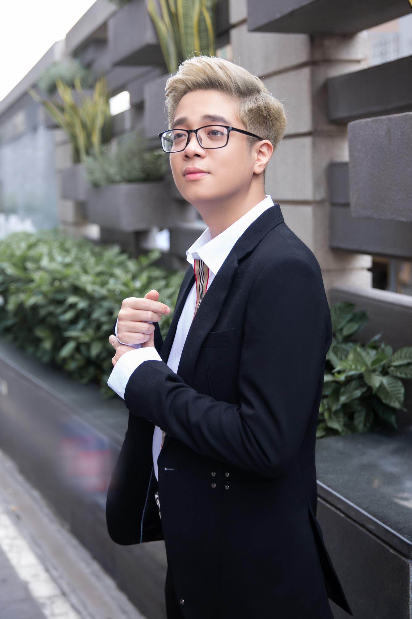 Bùi Anh Tuấn lịch lãm xuất hiện mừng Hiền Hồ ra mắt MV mới